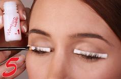 Jetzt werden die Behandlungsgele nacheinander aufgetragen und können die Wimpern umformen.