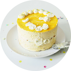 Bild: Funfetti-Torte ohne backen umsetzen // Mit dieser Anleitung ganz einfach eine coole Tiefkühl-Torte aufpeppen, und mit Streuseln sowie Kuvertüre als Drip-Cake für Geburtstag, Kindergeburtstag, Einschulung & die Party gestalten // Partystories.de Blog