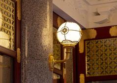 京都松竹南座の照明器具にも金箔施工させてもらいました。私たちはいろいろなものに金箔を貼ります。