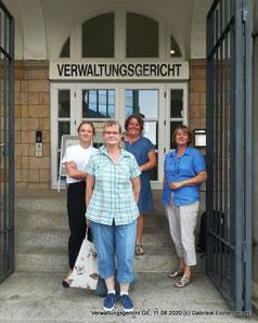 Rechtsanwältin Laura Arenz vor dem Verwaltungsgericht Gelsenkirchen mit Doris B. (VFD Kreis RE e.V.) , Kerstin M. sowie Birgit H.  (2. Vorsitzende des VFD Landesverbandes NRW)