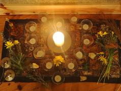 pequeno altar com velas e flores