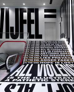 Installation von Barbara Kruger im Stedelijk