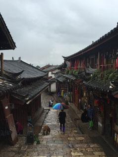 Verregnete Altstadtgasse in Lijiang