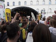 Singmob am Professor Huber Platz in München