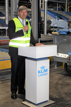 KLM Cargo EVP de Nooijer explaining the new sorting system  -  picture: hs