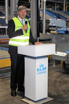 KLM Cargo EVP de Nooijer explaining the new sorting system  -  picture: hs