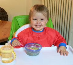 Ein Kind beim selbstständigen Mittagessen