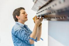 """Leunora Salihu beim Aufbau Ihrer Arbeit """"Chip, 2017"""" im Museum Lothar Fischer.  Foto: Marcus Rebmann"""
