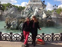 Valérie Darmandy et moi devant la Fontaine des Quinconces à Bordeaux