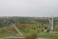 Blick auf Ketterturm und Drachenschwanzbrücke
