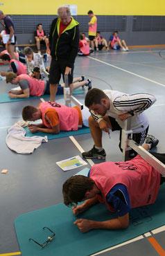 Alfred Bohren kontrolliert die Übungen.