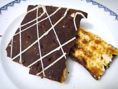マッツァにチョコレートと飴がかけてあるお菓子。