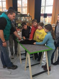 Kreisjugendwart Matthias Schäfer erklärt den Jung-Züchtern, worauf es ankommt.
