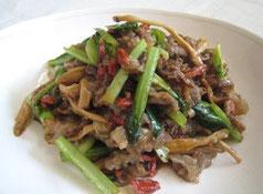 金針菜とクコの実入り牛肉炒め