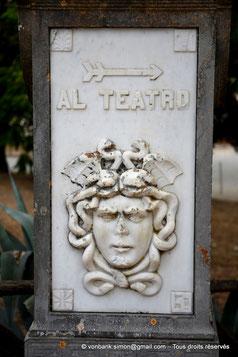 Ségeste : Tête de Méduse - Borne  contemporaine en marbre indiquant le chemin vers le théâtre