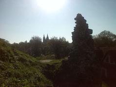 Ein Teil der Burg mit der Kathedrale im Hintergrund