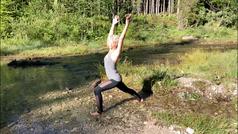 Achtsamkeitscoach und Yogalehrerin Natascha Königsbauer spürt ihren Atem und die Körperempfindungen ganz naturnah am fließenden Bach.
