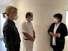 v.l.nr.: Sibylle Stauch-Eckmann (Vorsitzende BBMV), Dr. Dr. med. Majid Eftekharzadeh und Bundestagsabgeordnete Claudia Moll