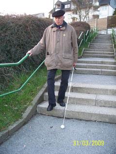Ob Kind oder Senior: die Sicherheit mit Langstock an Treppen wird erlernt.