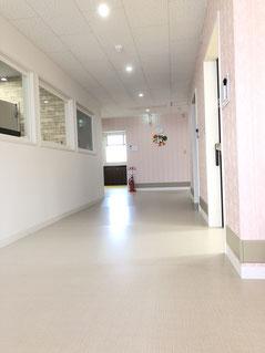 春日井市みやこ内科クリニック内の廊下の写真。リッツカールトンのような広々とした廊下です。