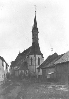 Ehem. Hirtenhaus, vor der Kirche rechts, 1970iger Jahre, heute: Parkplatz