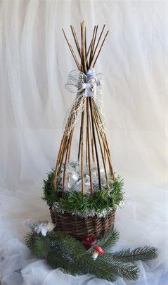 Weidenkorb mit Weihnachtsdeko in silber