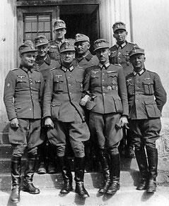 Gold (hinten) und Knecht (links) beim Kommandeurswechsel von Rademacher zu Wittmann