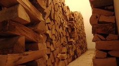 Holz vom Sack an  die Wand