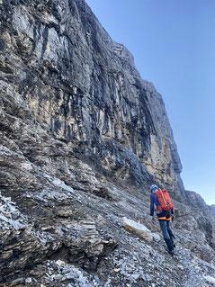 Auf steilem Pfad mit anschliessendem Klettern...