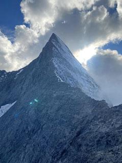 Der exzellente Hüttenblick auf den Mittellegi-Grat mit dem Gipfel des Eigers.