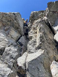 Dominik quält sich durch den Kamin (letzte SL).