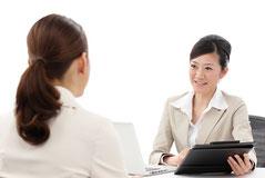 女性の相談者と面談する、女性の写真