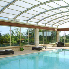 Above-ground swimming pool enclosures motorised by AKIA France wheeled automation equipment