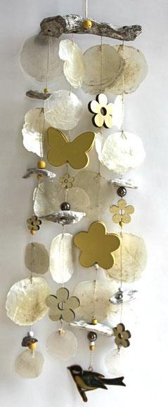 Windspiel in gelb-weiß mit holzblüten, Schmetterling und Vogel