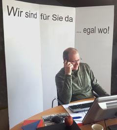 Jürgen Wettling mit Abtrennung im Homeoffice
