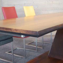 Kante der Tischplatte aus alter Mooreiche
