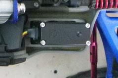 Kabel von Hitec Mini-Servo HS-85BB+ wird direkt ins Akkufach von Traxxas E-Revo VXL 1:16 geleitet