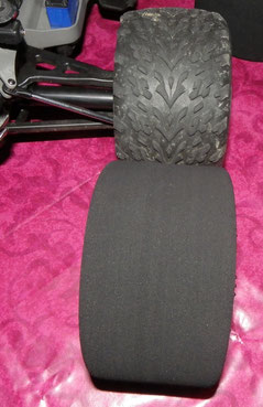 Profil eines Traxxas Talon-Reifens und eines Moosgummireifens.