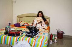 Bea mit Lebensmittelvergiftung im Bett.