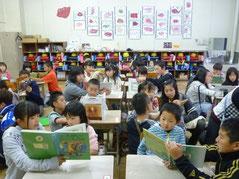 毎週火曜日は6年生の読み聞かせ(1学年)