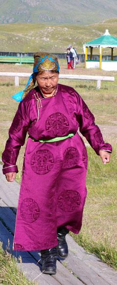 Femme mongol en habit traditionnelsage de bac à cheval au Khovsgol en Mongolie