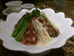 サラミ系ときゅうりとえのきの冷菜「巧拌腊肠三丝」は48元。