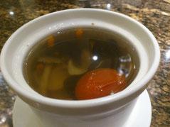 まずは愛ちゃんがスープをオーダー。「野菌养生子排汤」18元。