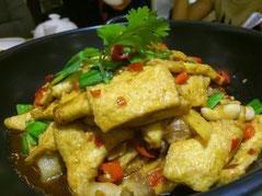豆腐の料理ですが日本的に言うと「お揚げさん」デス。