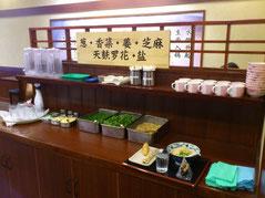 カウンターの反対側には薬味コーナー。 ネギ、香菜、生姜、ごま、天カス、塩など充実してます。