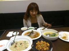いつものようにお食事時は笑顔の愛ちゃんデス。