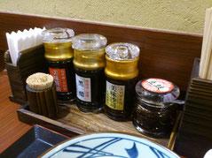 お好みに合わせられるようテーブルにも醤油などの調味料あります。