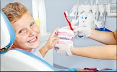 Putzdemo: Wir zeigen Ihrem Kind in der Zahnarztpraxis, wie es seine Zähne richtig putzt. (© Anatolien Samara - Fotolia.com)