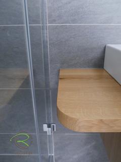 Waschtischkonsole in Eiche massiv mit starkem Eckradius für den Einstieg in die Dusche