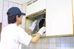 私たち、ハウスクリーニング業者に依頼すれば、時間と労力が軽減され、洗剤などもご用意する必要は、ありません。